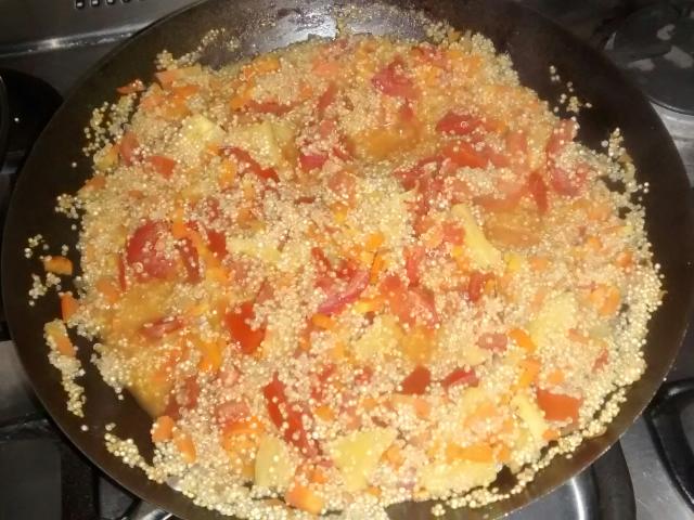 In der Hostelküche gezaubert: Quinoa-Pfanne mit Ají und Ananas