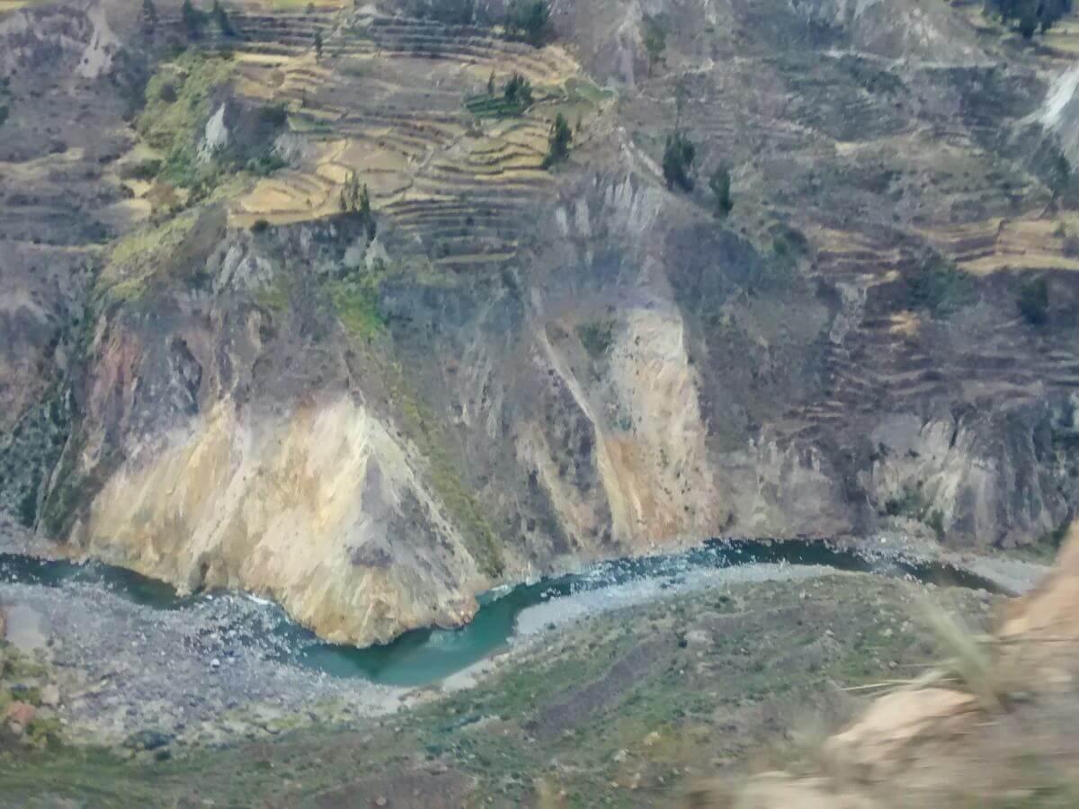 Schroffe Wände des Colca Canyon, am Grund ein Fluss.