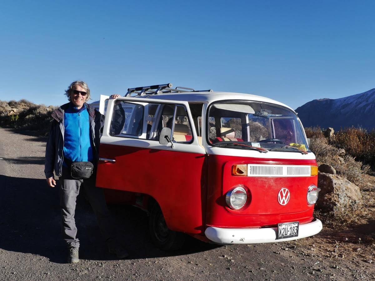 Marcus steht neben einem rot-weißen VW-Bulli.