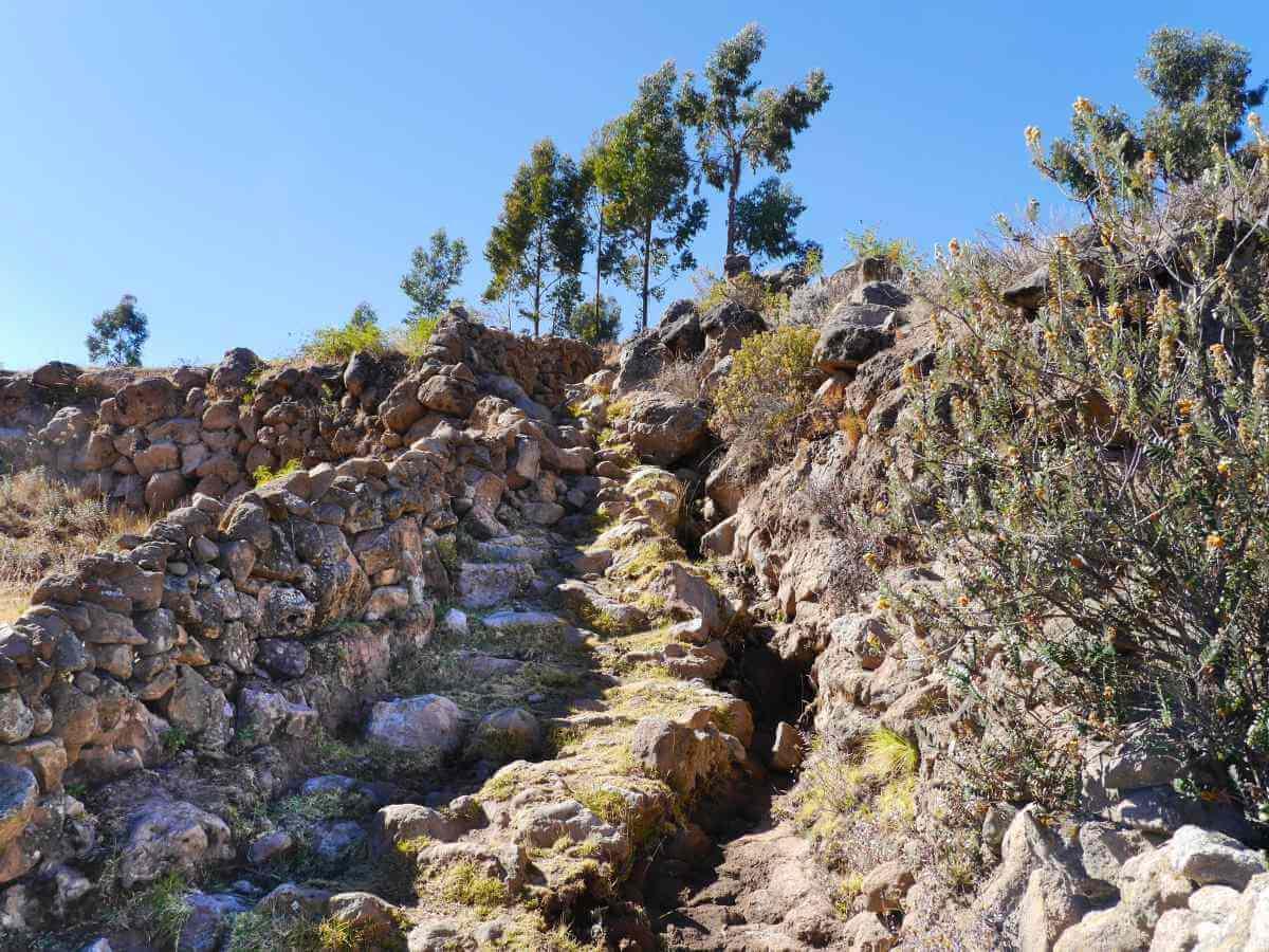Steiler Weg aus groben Steinen.