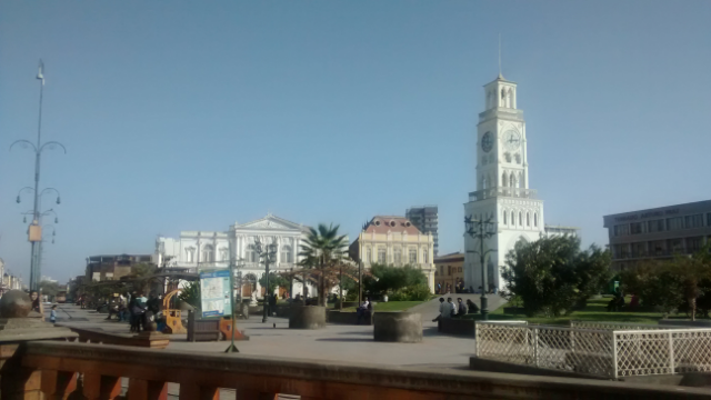 Plaza Prat mit hohem weißen Turm.