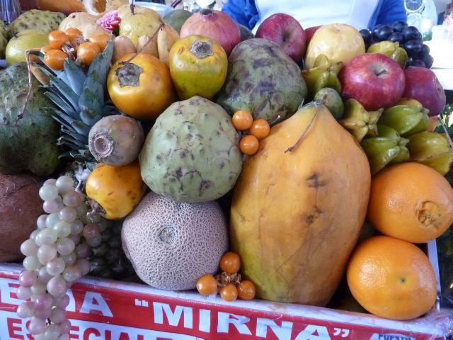 aufgestapelte exotische Früchte.