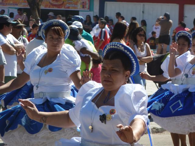 Tänzerinnen in blau-weißen Kostümen.
