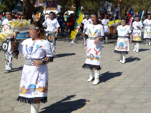 Frauen in Indianer-Kostümen.