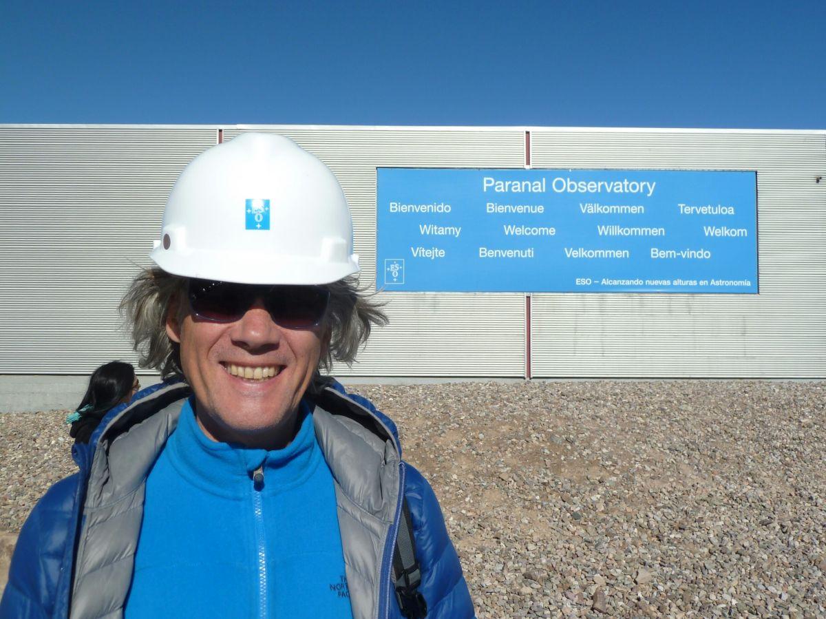 Marcus mit weißem Helm vor dem Eingang des Paranal-Observatoriums
