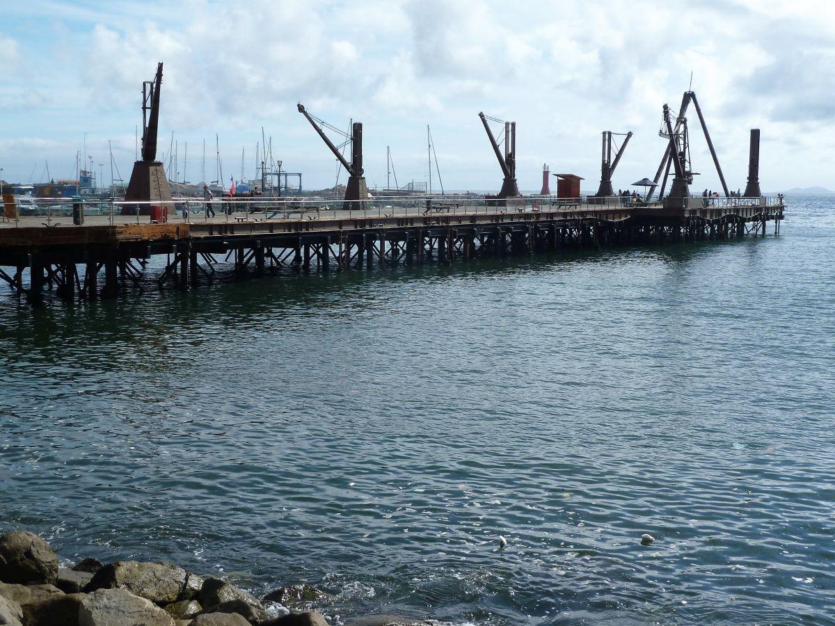 Seebrücke mit Kränen