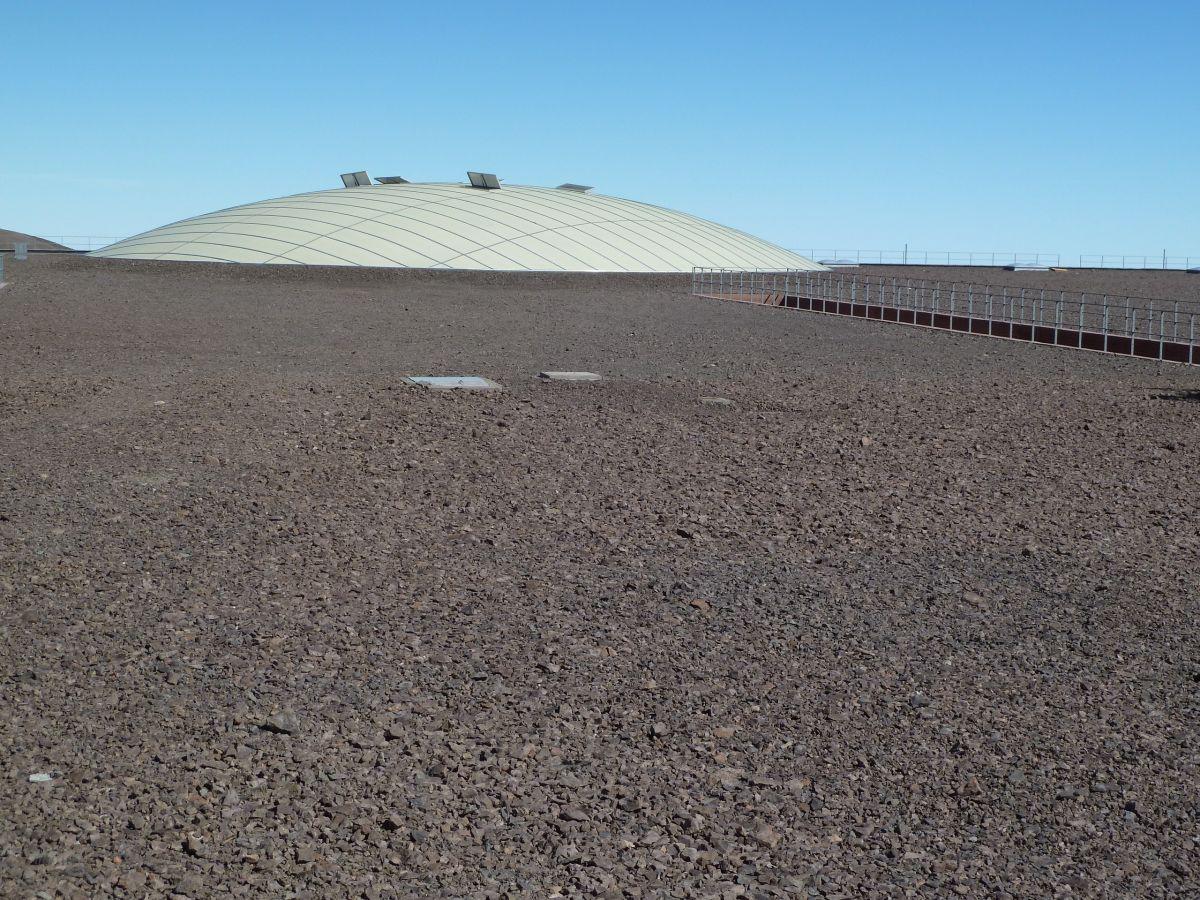 Große flache Kuppel im Wüstenboden