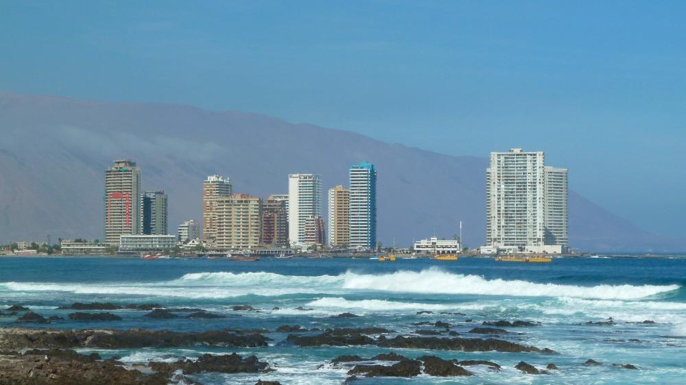 Hochhäuser am Strand von Iquique.