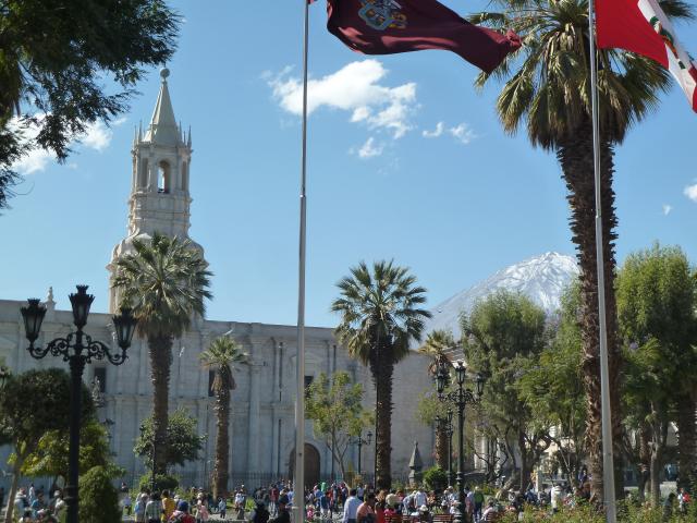 Plaza, Kathedrale und Vulkan