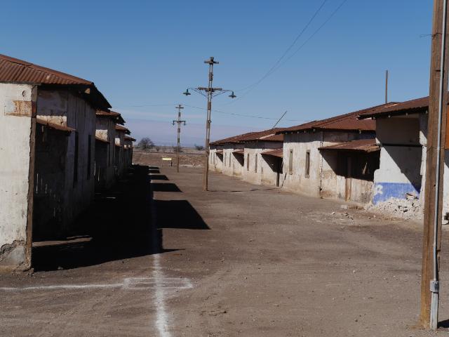 Straße mit einfachen Wohnhäusern in Humberstone.