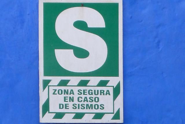 Dieses Schild in Perú weist auf eine sichere Zone bei Erdbeben hin. Hoffentlich.