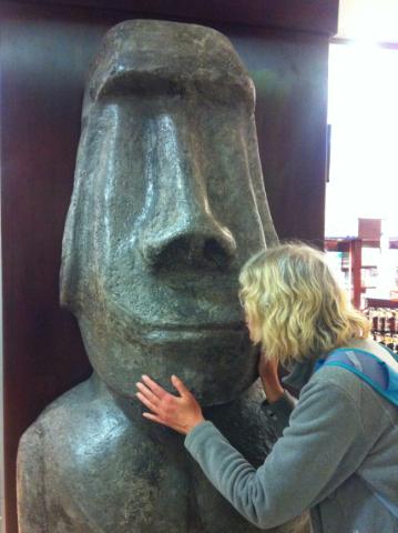 Zärtlicher Abschied vom Moai