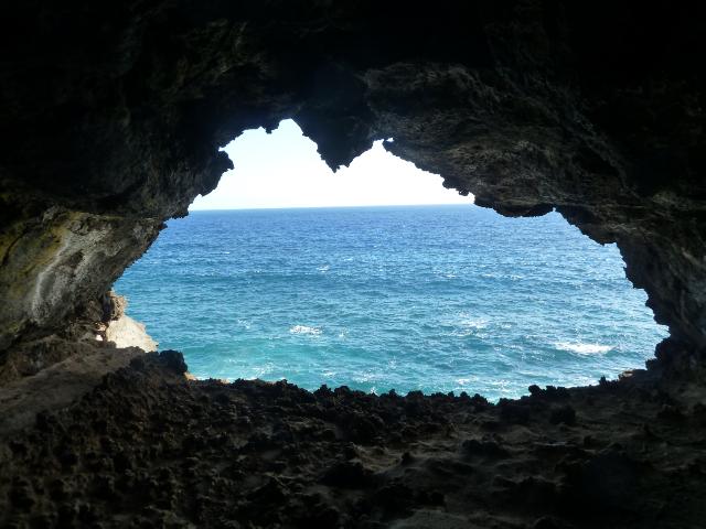 Blick aus der zweiten Höhlenöffnung. Der Pazifik ist wirklich so blau!
