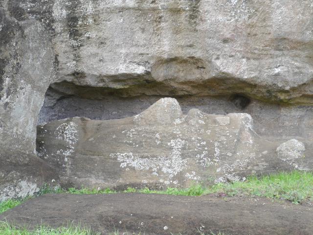 Osterinsel Moai im Herstellungsprozess