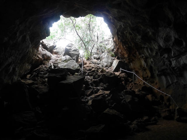 Über grobe Felsbrocken geht es hinunter in den Lavatunnel