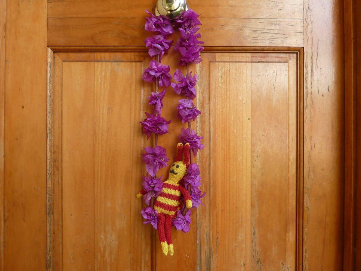 Blumenkette hängt an der Zimmertür.