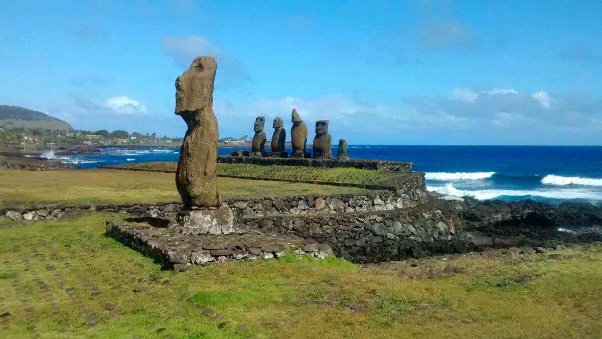 Ein Moai vor fünf weiteren Moai auf der Osterinsel