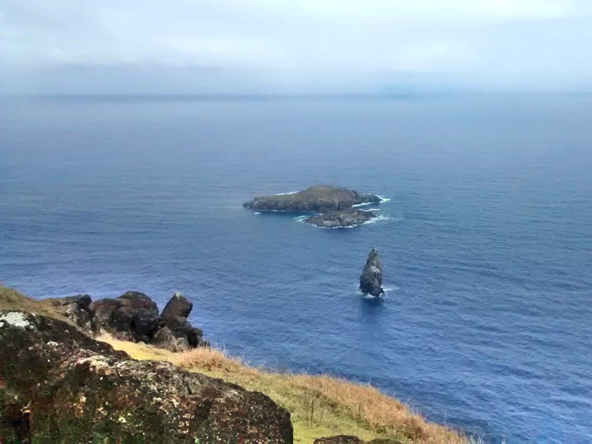 Die Blick von Steilküste auf zwei kleine Inseln.