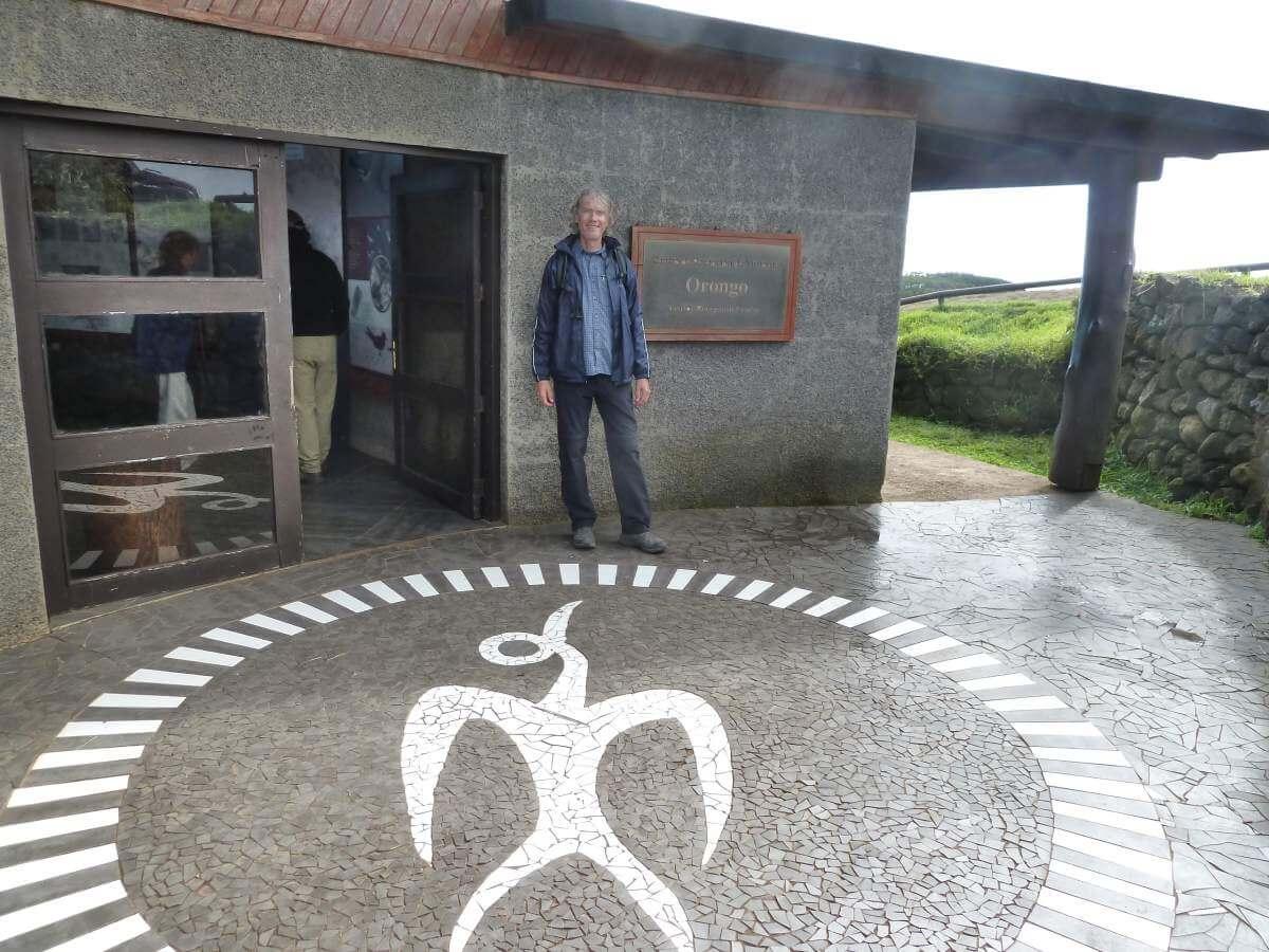 Marcus vor dem Haus des Besucherzentrums, auf dem Boden ein Vogelmann-Bild.