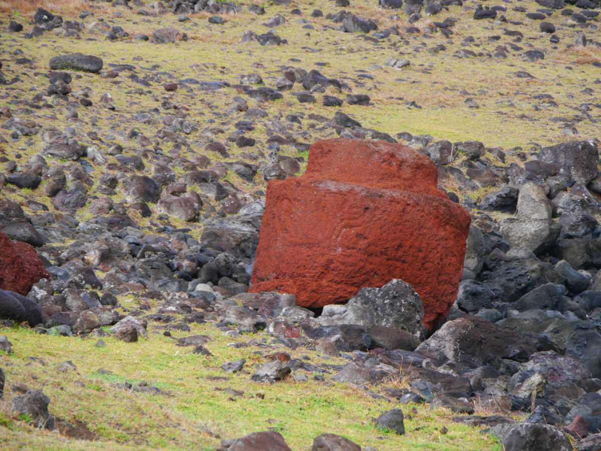 Roter, zylinderförmiger Felsblock liegt im Geröll.