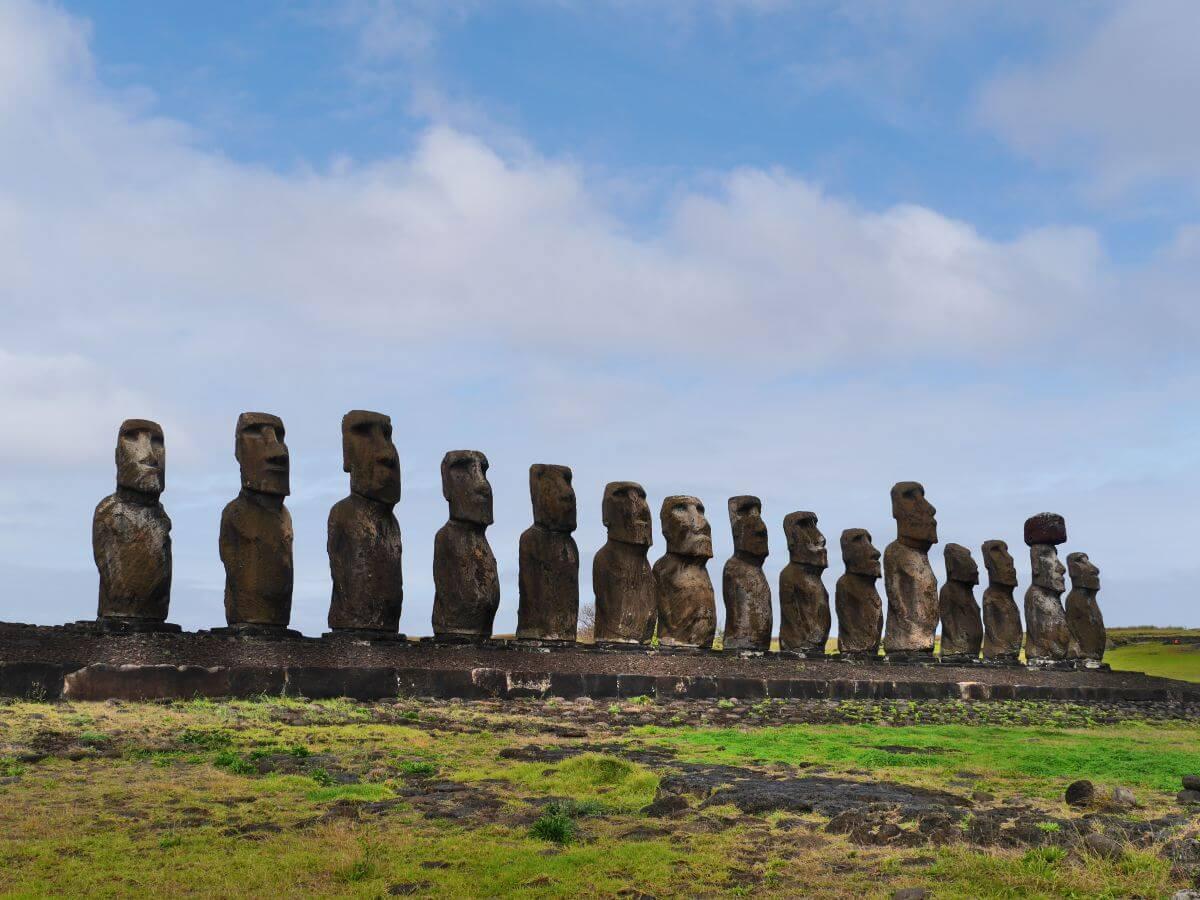 Reihe mit 15 Statuen