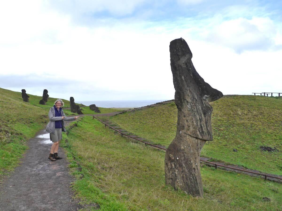 Bis zu den Schultern im Boden eingesunkener Moai.