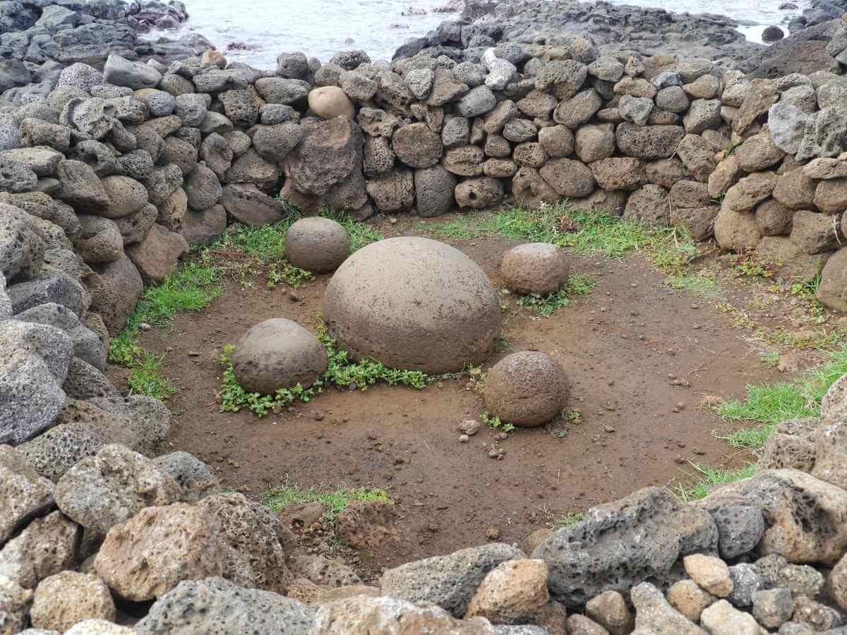 Großer runder Stein, umgeben von vier kleinen runden Steinen.