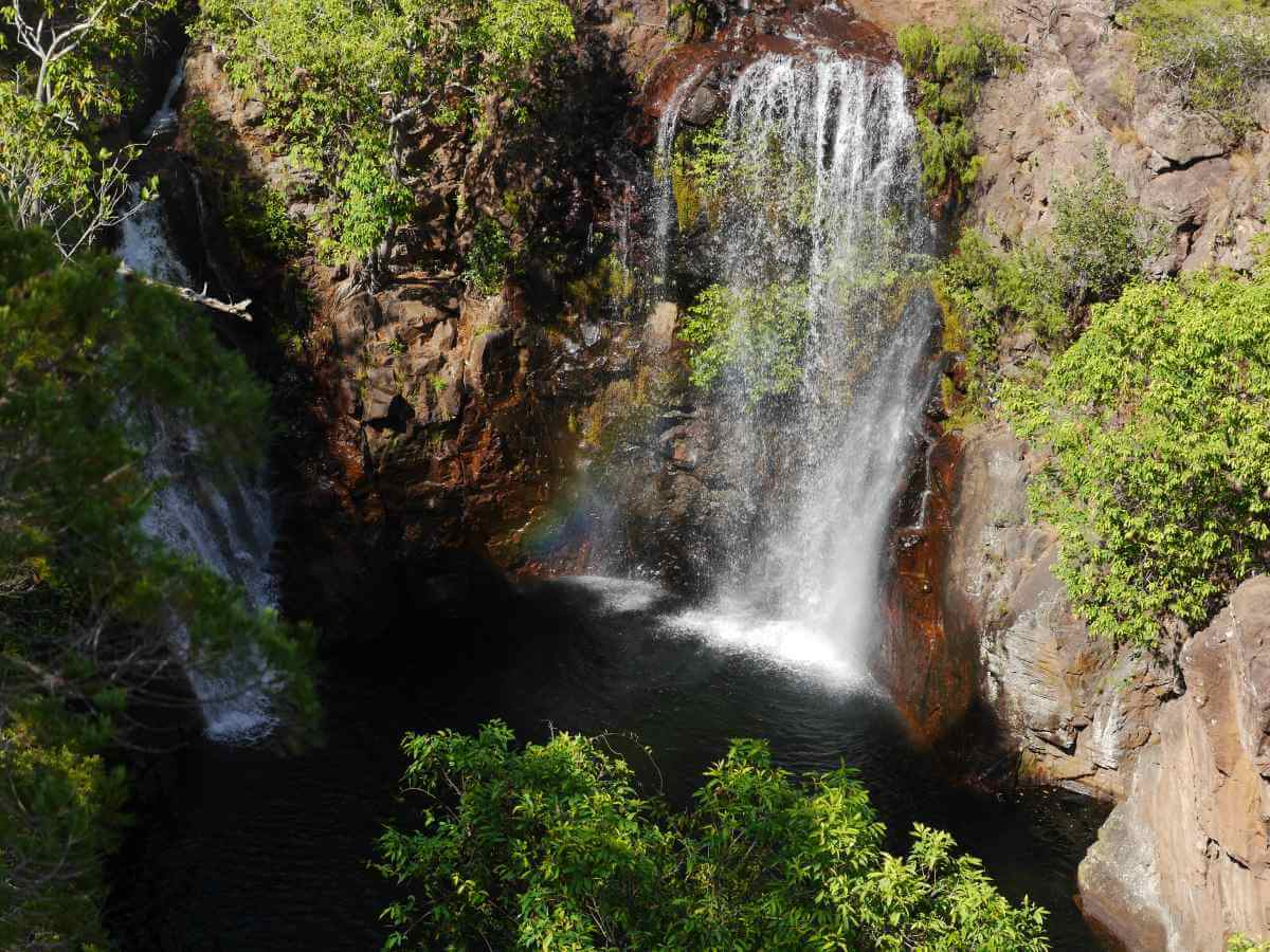 Felsbecken, in das zwei hohe Wasserfälle fallen.