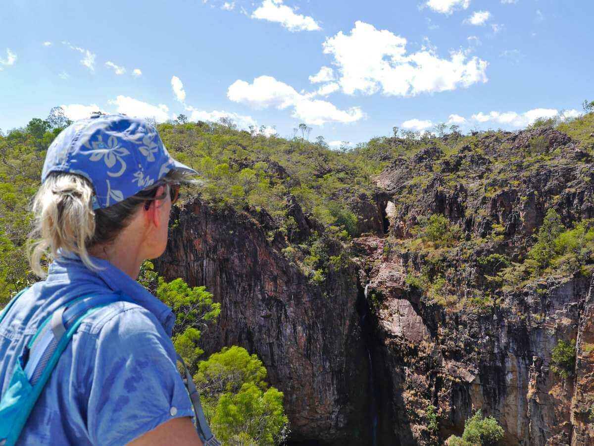 Gina blickt auf den Wasserfall in der Ferne.