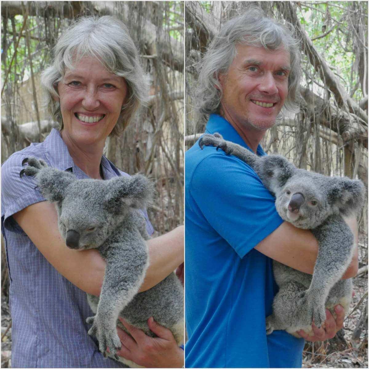 Gina und Marcus halten einen Koala.