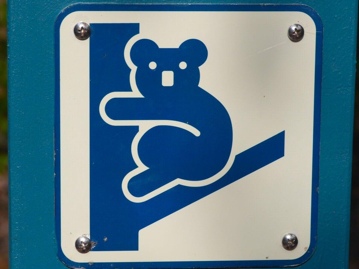 Blaues Schild mit stilisiertem Koala.