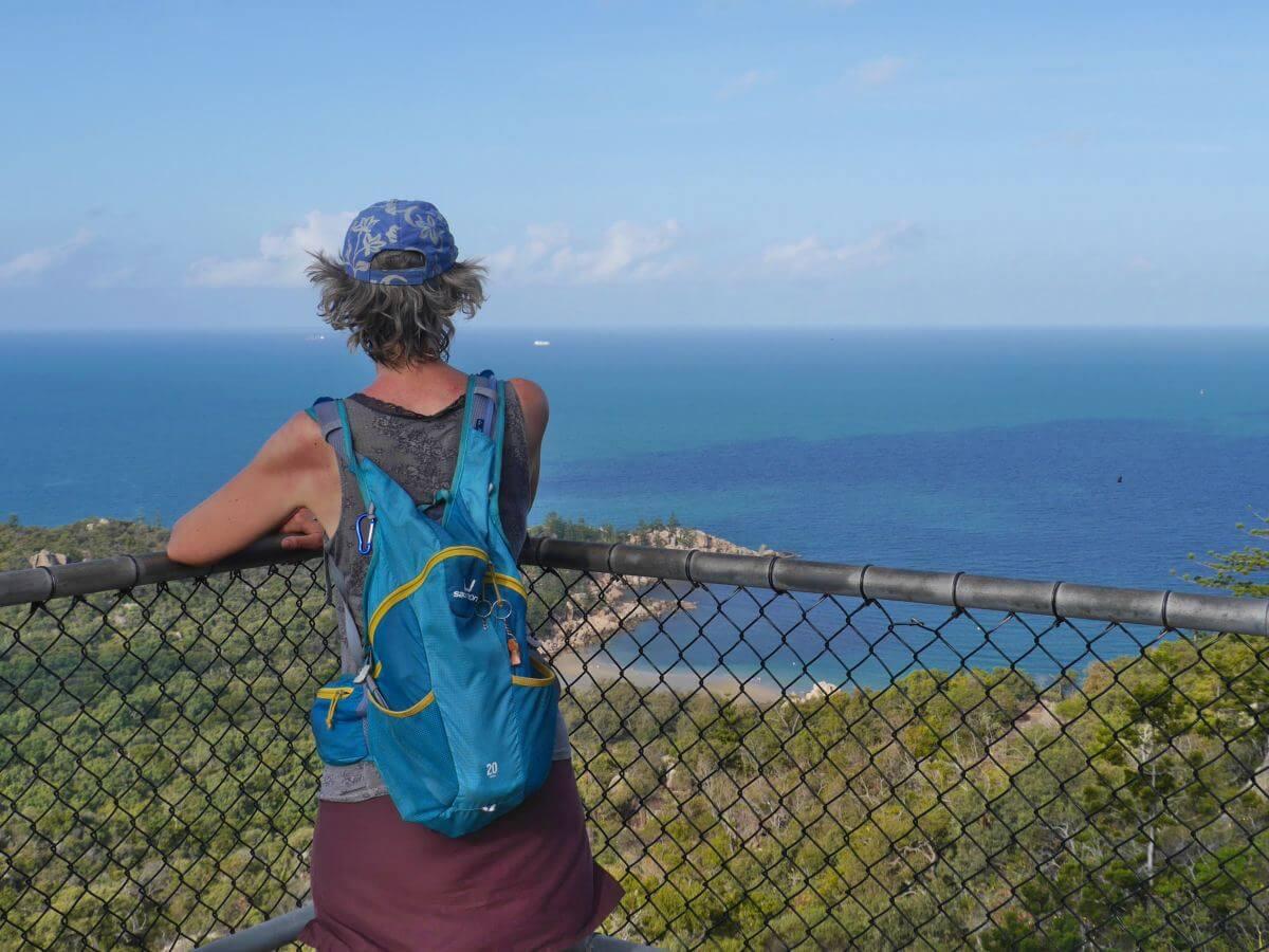Gina steht am Geländer und blickt über Magnetic Island bis zum Meer.