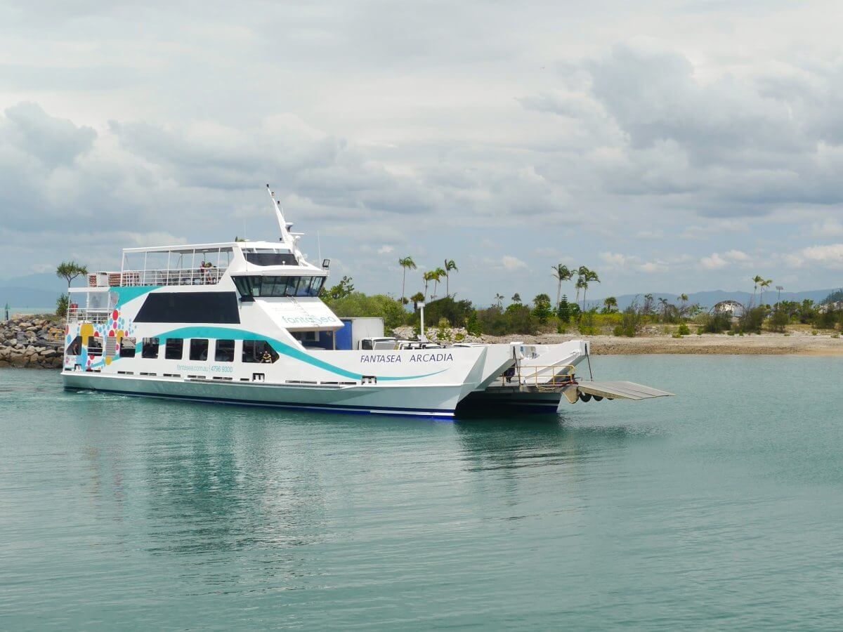 weiße Fähre im Hafen von Magnetic Island.
