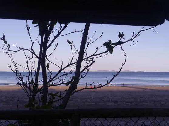 Blick auf Strand und Meer.