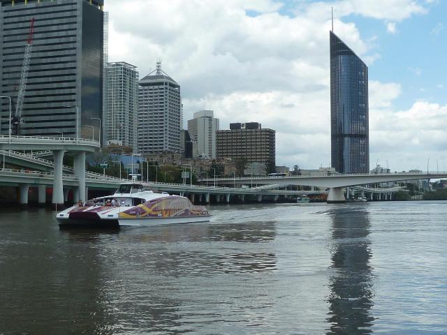 Moderne Fähre vor der Skyline von Brisbane.