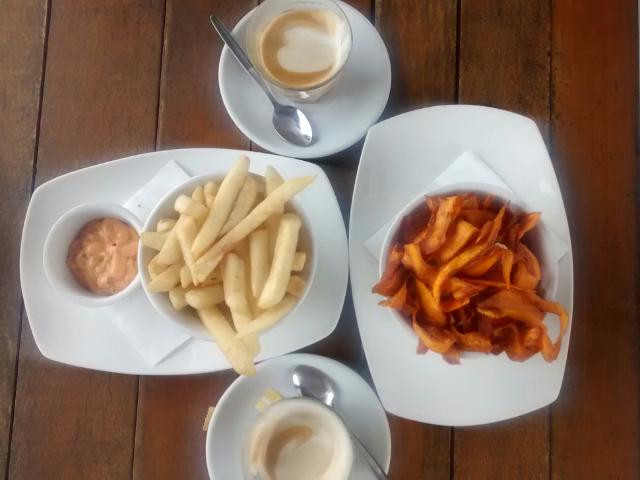 Pommes und frittierte Süßkartoffeln