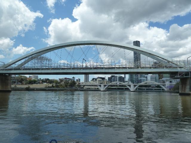 Blick auf die modernen Brücken über den Brisbane River.