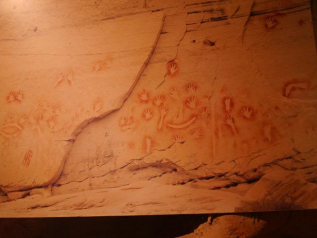 Rote Aboriginal-Felszeichnungen.