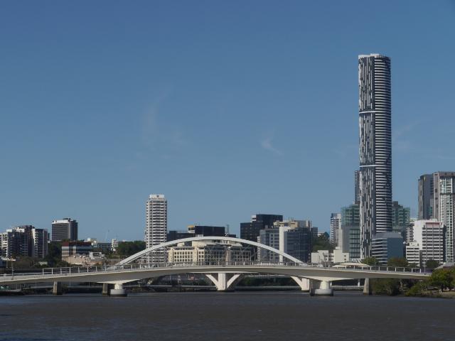 Brisbane vom Fluss aus mit futuristischer Brücke und Wolkenkratzern.