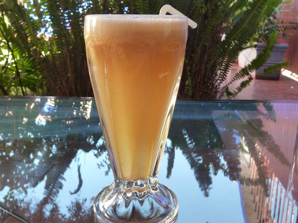 Glas mit gelbem Smoothie.