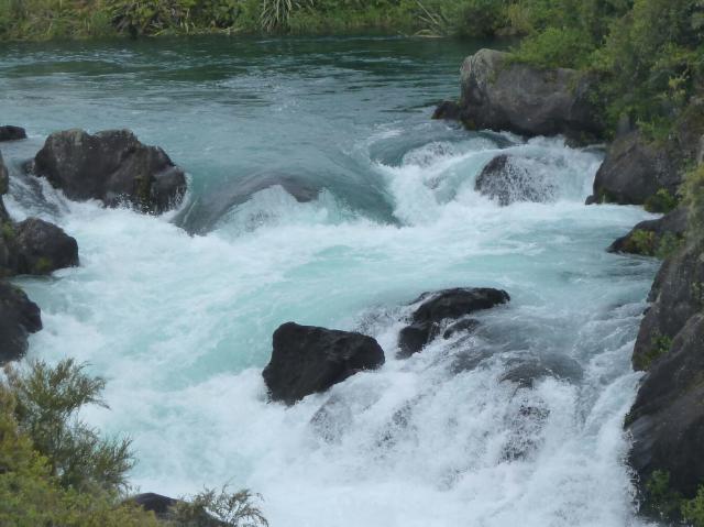 Schäumendes Wasser mit einzelnen Felsen, die hervorschauen.