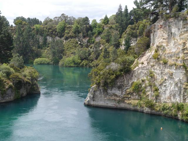 Grünblauer Waikato River mit steilen Uferwänden.
