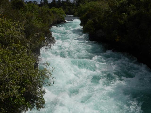 Schäumendes Wildwasser zwängt sich durch die Felsenufer der Huka Falls bei Taupo.