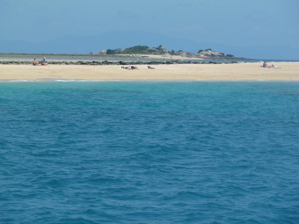 Insel mit weißem Sandstrand in den Whitsundays.