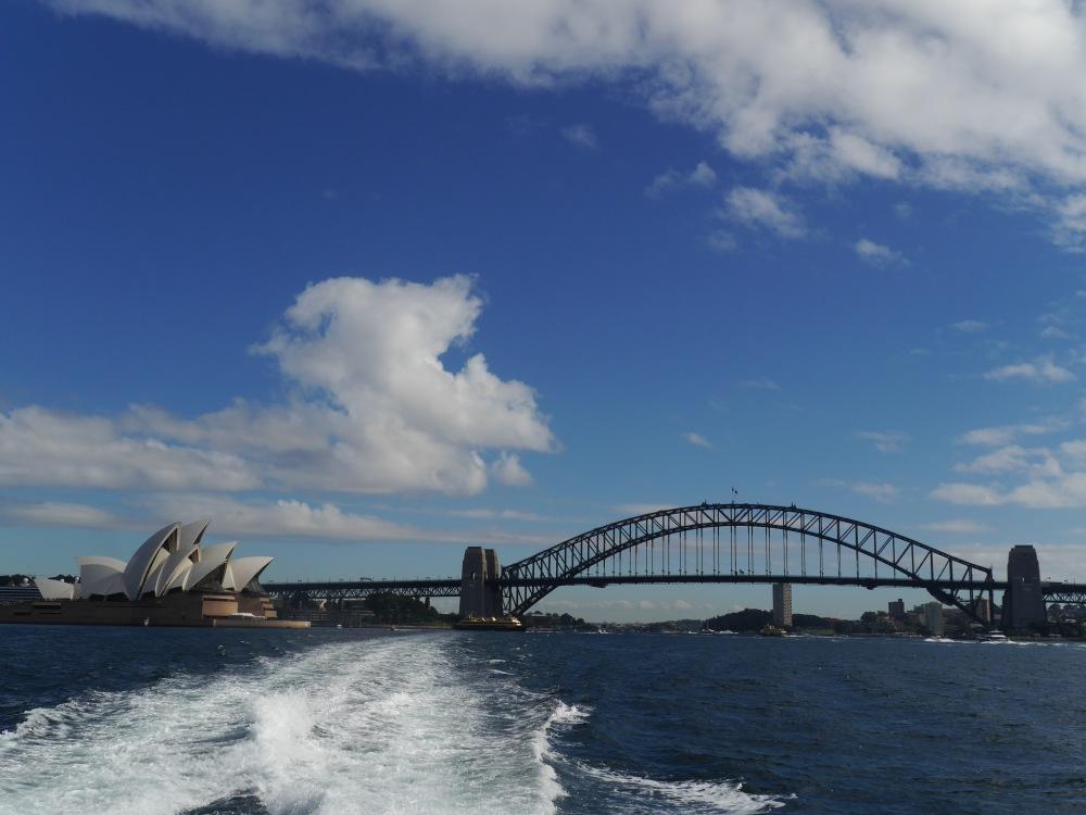 Blick von der Fähre auf die Harbour Bridge in Sydney.