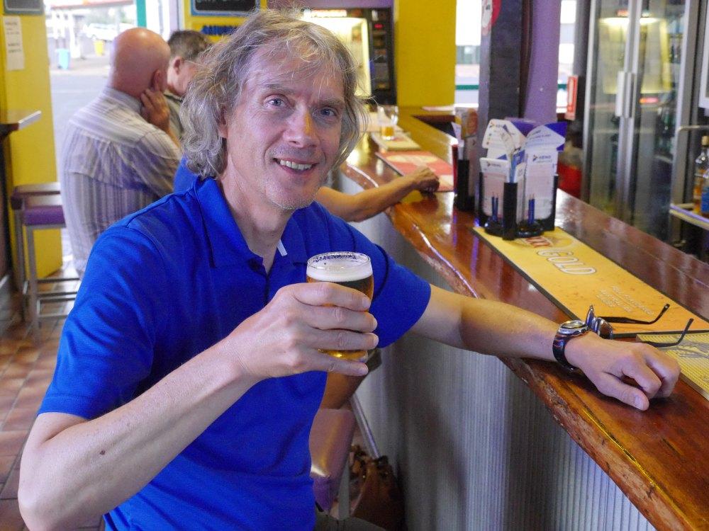 Marcus mit einem Bier an der Theke.