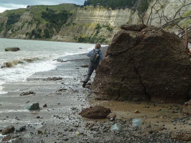 Marcus springt an einem Felsen vorbei.