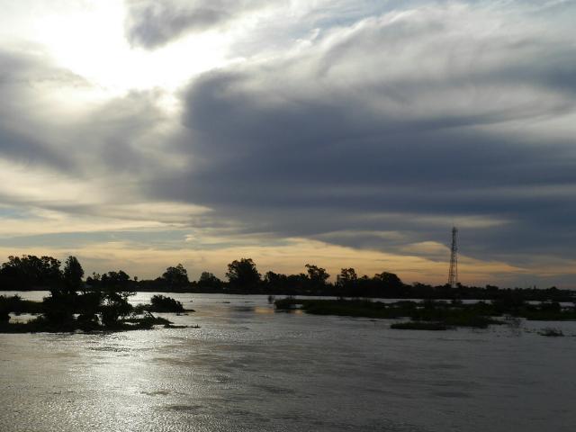 Schwere Wolken über dem Rio Paraná