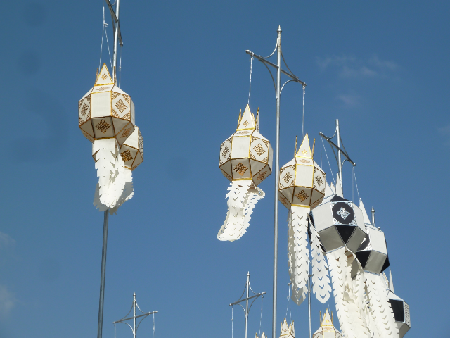 Lampions in einer Tempelanlage