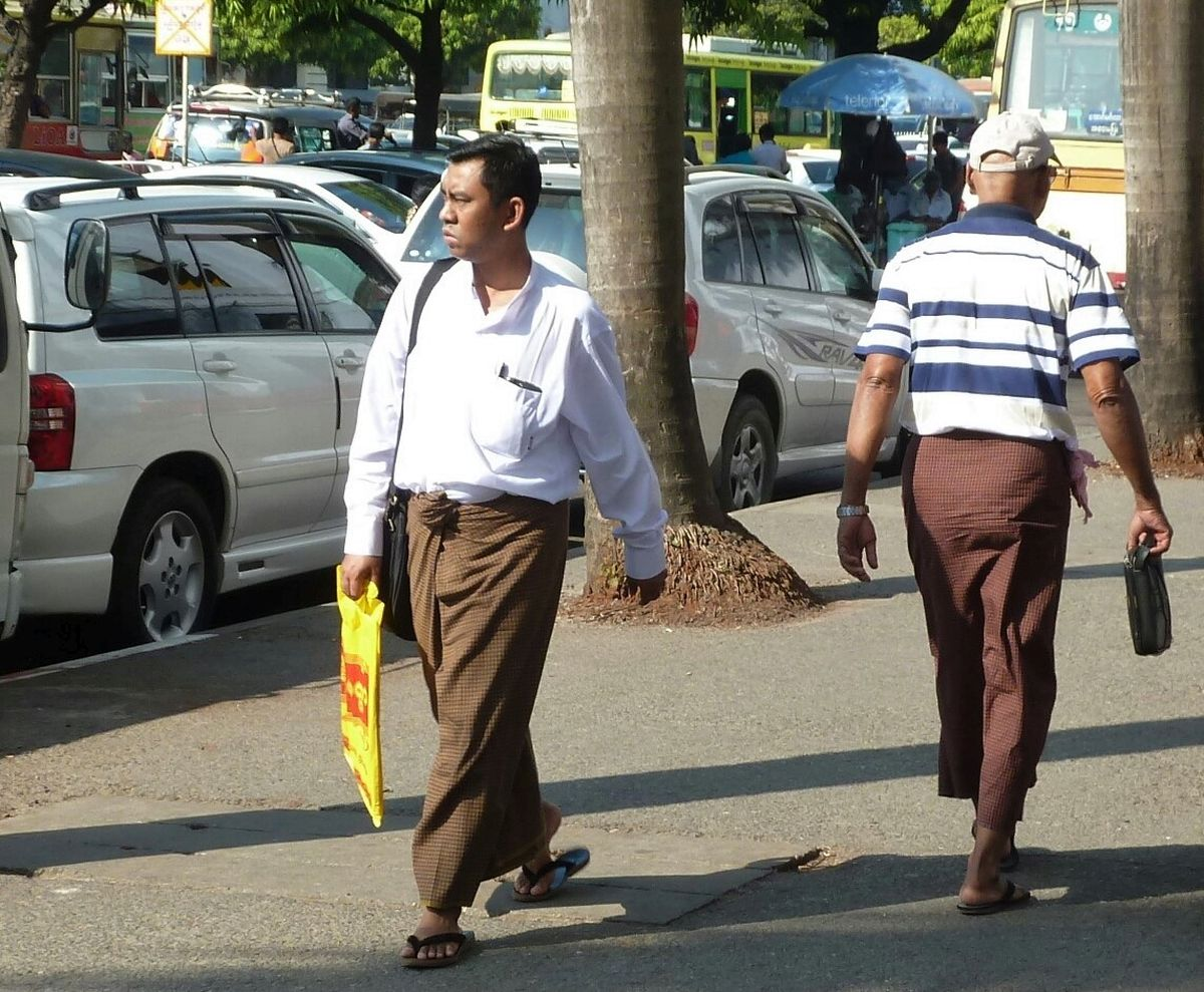 Zwei Männer, die knöchellange Röcke tragen